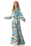 Vestido-Longo-azul-estampado-yacamim-pose