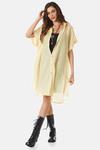 chemise-amarelo-yacamim-pose