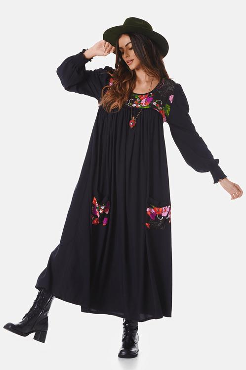 Vestido-Midi-preto-estampado-pose