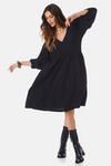 vestido-basico-preto-yacamim-pose